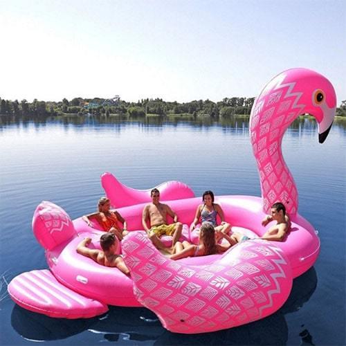 Bouée géante flamant rose plage