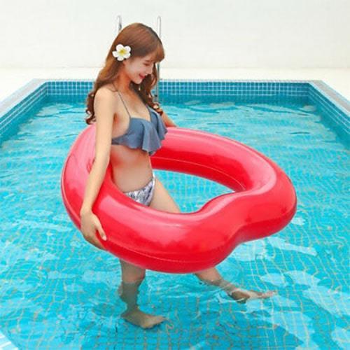 Bouée gonflable cœur rouge piscine
