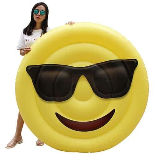 Femme avec matelas gonflable emoji smiley lunette