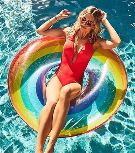 Femme sur bouée XL gonflable arc-en-ciel