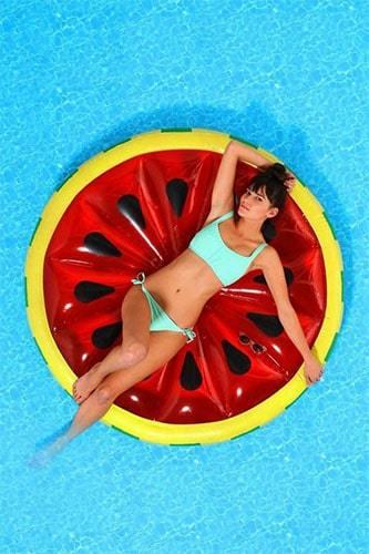 femme sur matelas gonflable pastèque