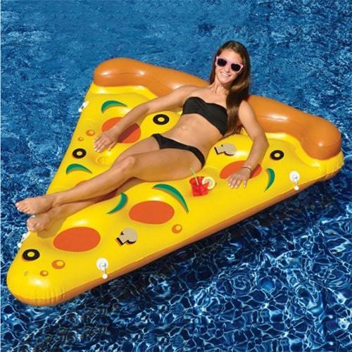 Femme sur matelas gonflable pizza