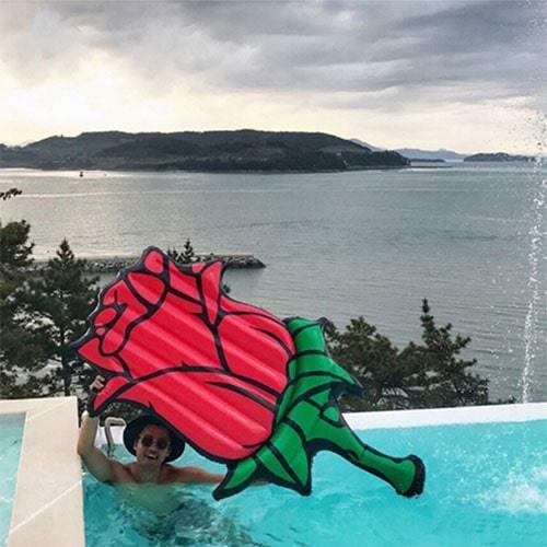 Matelas gonflable fleur rose